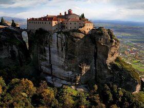 絶景世界遺産メテオラ修道院とギリシャ神話の始まりデルフィを巡る2日間【列車・バス利用 / 宿泊 / 英語ガイド】