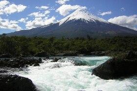 「チリ富士」オソルノ火山とペトロウエ滝訪問【プエルトバラス発/ 英語ガイド】