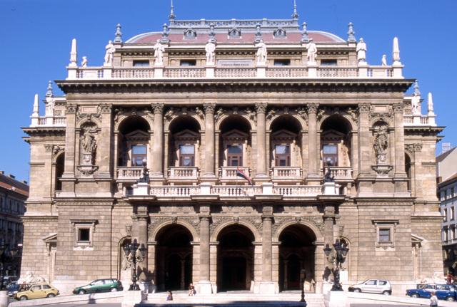オペラ座と老舗カフェジェルボー、中央市場午後半日観光