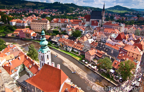 世界一美しい街とチェコで最も美しい城を観光!世界遺産チェスキー・クルムロフとフルボカー1泊2日!