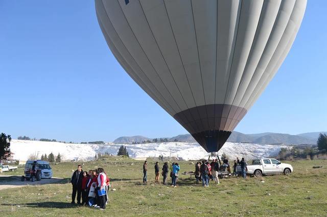 世界遺産のパムッカレを空から眺める! 熱気球フライト