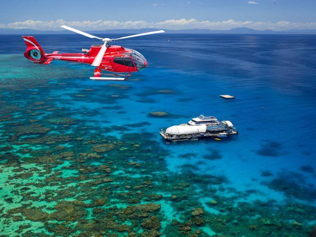 グリーン島とアウターリーフ + リーフでの10分間ヘリコプター遊覧飛行