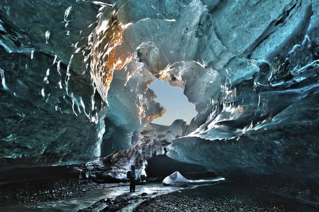 ***今季全出発日満席となりました。***現地ガイドがご案内!南海岸ハイライトと氷の洞窟5泊6日ツアー【日本語ガイド/11月~3月限定/レイキャビク発】