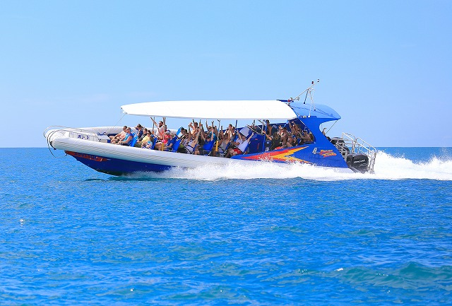 フィッツロイ島 片道30分のジェットボート、サンダーボルトで行くハラハラドキドキ体験! ケアンズ 10:00発